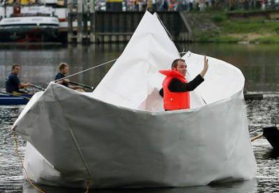 Гигантский оригами корабль