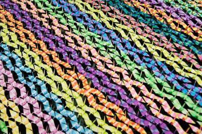 Тысячи разноцветных журавлей