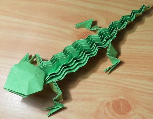 Ящерица оригами с ребристой спинкой