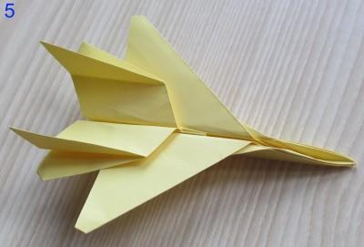 собранный к полёту истребитель оригами