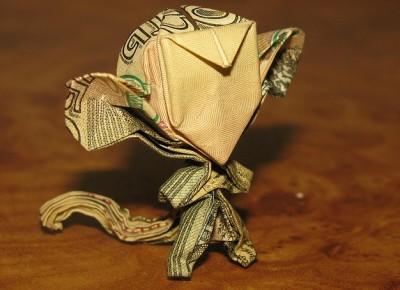 Обезьяна оригами из денежной купюры