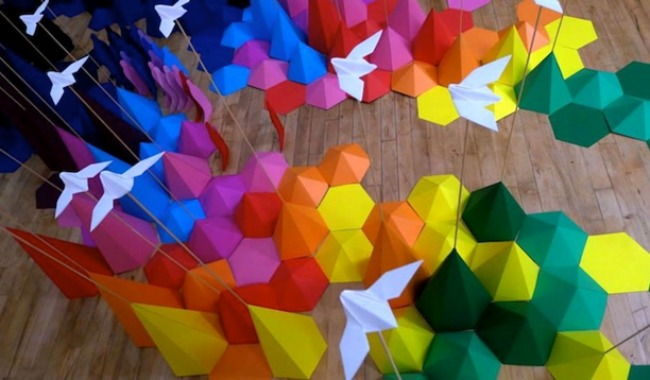 Разноцветная инсталляция оригами от Морис и Апплбаум